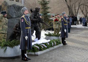 В Красноярске генерал армии Виктор Золотов открыл памятник погибшим спецназовцам.