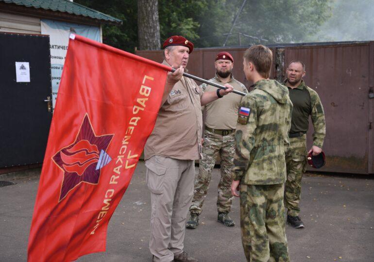 """Вручение первых флагов """"Гвардейской смены""""."""